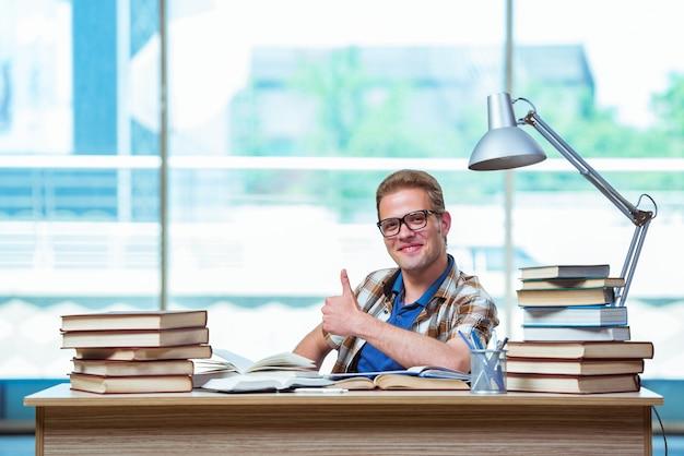 Junger männlicher student, der für highschoolprüfungen sich vorbereitet