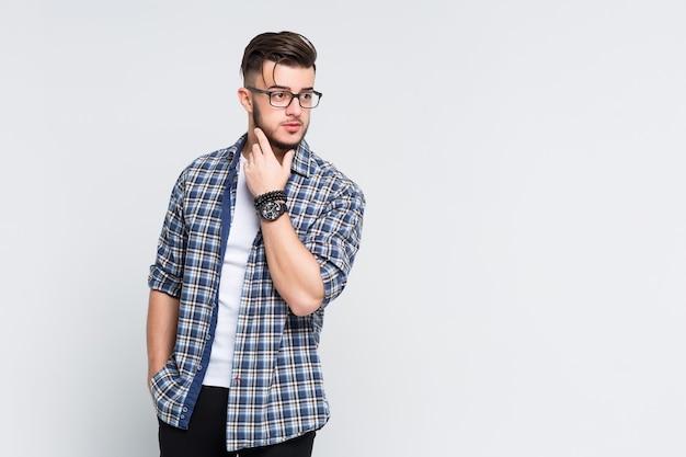 Junger manager-mann, der bei lässiger pose posiert