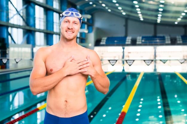 Junger mann am pool mit schutzbrillen