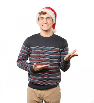 Junger mann am weihnachten, das gesten tut