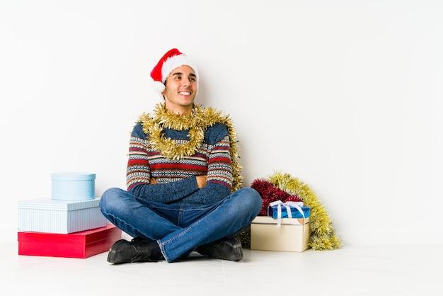 Junger mann am weihnachtstag faust anhebend, glücklich und erfolgreich fühlend. sieg-konzept.