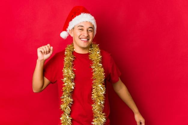 Junger mann am weihnachtstag tanzen und spaß haben.