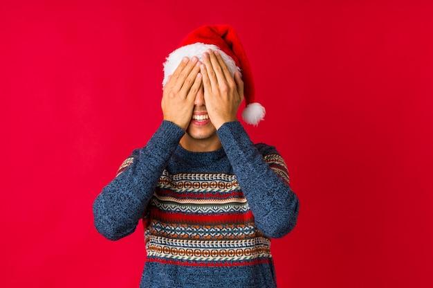 Junger mann am weihnachtstag zwei arme halten gekreuzt, ablehnungskonzept.