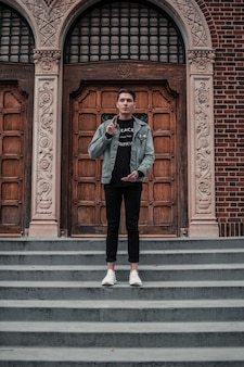 Junger mann auf der treppe des alten gebäudes