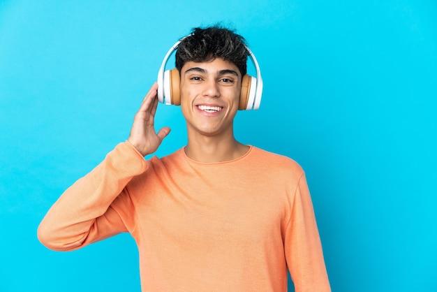 Junger mann auf isolierter blauer musik