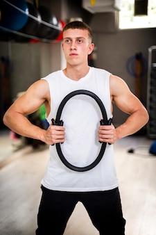 Junger mann auf körpertraining