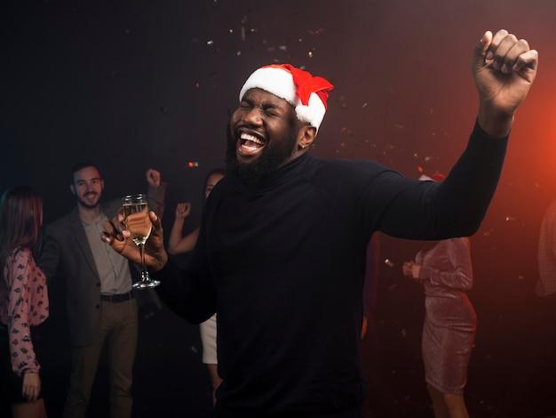 Junger mann auf weihnachtsfeier tanzen