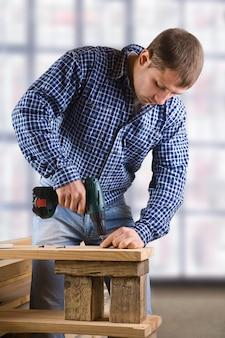 Junger mann bei der arbeit