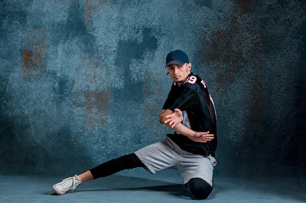 Junger mann breakdance an der wand