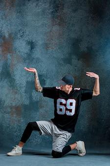 Junger mann breakdance auf blau.