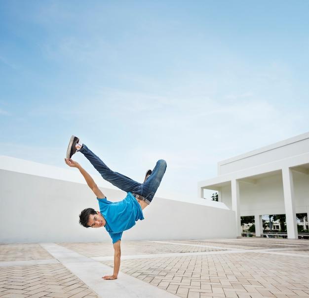 Junger mann breakdance