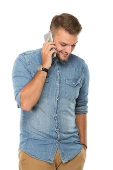 Junger mann, der am telefon spricht, isoliert