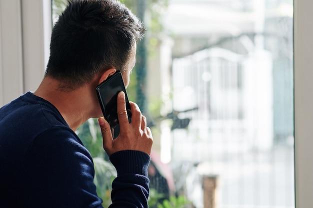 Junger mann, der am telefon spricht