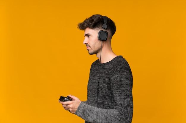 Junger mann, der an den videospielen spielt
