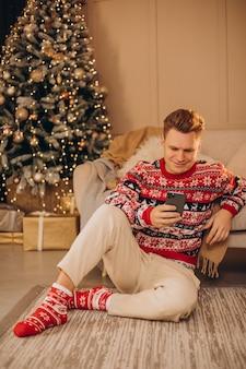 Junger mann, der an weihnachten einkauft