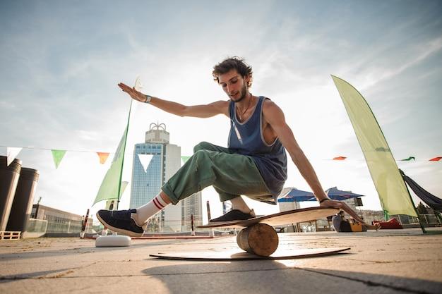 Junger mann, der balance hält