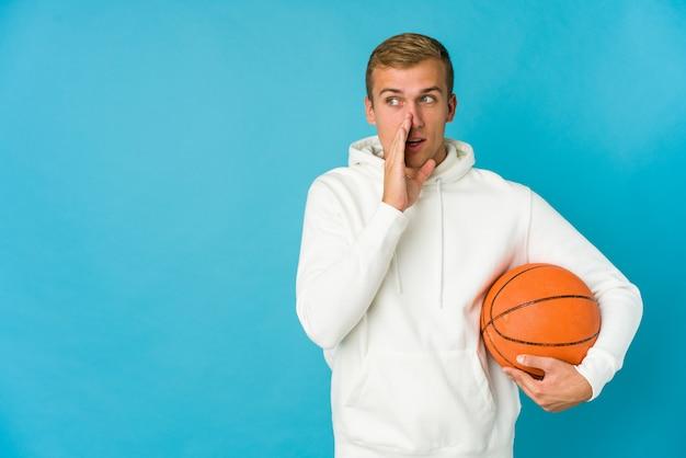 Junger mann, der basketball spielt, der hinterkopf berührt, denkt und eine wahl trifft