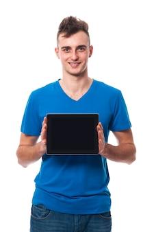 Junger mann, der bildschirm des digitalen tabletts zeigt