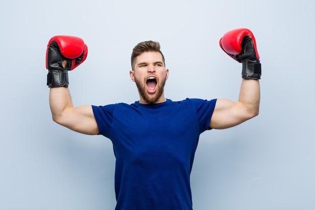 Junger mann, der boxhandschuhe trägt