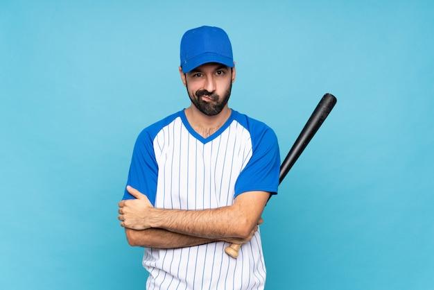 Junger mann, der den baseball sich aufgeregt fühlt spielt