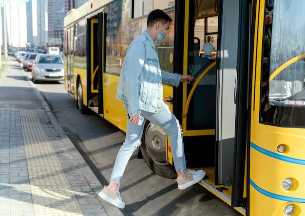 Junger mann, der den stadtbus nimmt