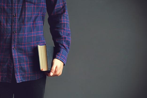 Junger mann, der die heilige bibel hält buch, lesung, bibel kopieren sie raum