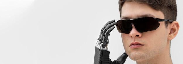 Junger mann, der digitale brille trägt