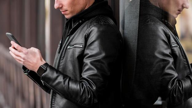 Junger mann, der draußen musik auf kopfhörer setzt