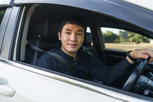 Junger mann, der ein auto fährt