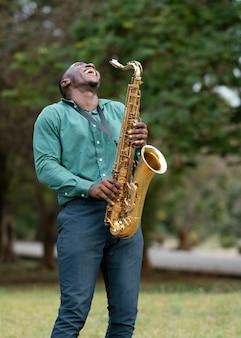Junger mann, der ein instrument am internationalen jazz-tag spielt