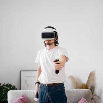 Junger mann, der ein virtual-reality-spiel spielt