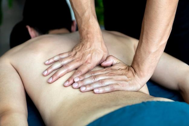 Junger mann, der eine massage empfängt