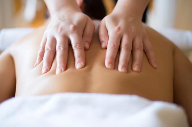 Junger mann, der eine massage hat