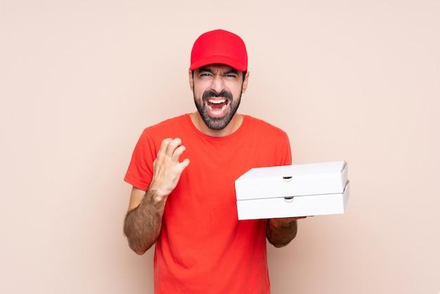Junger mann, der eine pizza frustriert durch eine schlechte situation hält