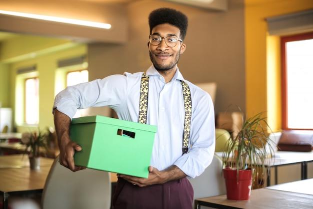 Junger mann, der einen neuen job in einer firma beginnt