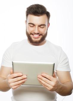 Junger mann, der einen tablet-computer verwendet
