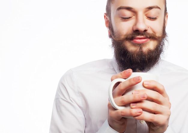 Junger mann, der einen tasse kaffee trinkt
