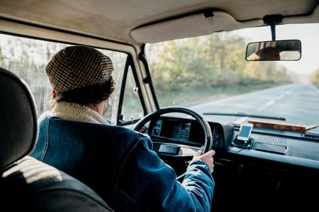 Junger mann, der einen van fährt
