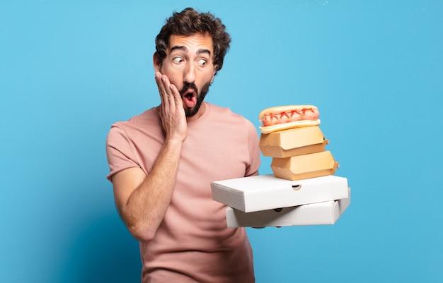 Junger mann, der fast food nach hause nimmt