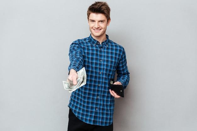 Junger mann, der geld gibt