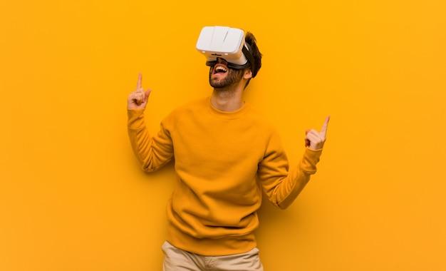 Junger mann, der gläser einer virtuellen realität trägt