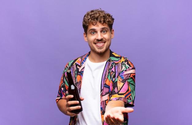 Junger mann, der glücklich mit freundlichem, selbstbewusstem, positivem blick lächelt und ein objekt oder konzept anbietet und zeigt. urlaubskonzept