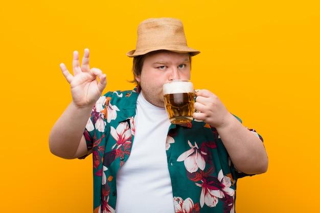 Junger mann der großen größe mit einem halben liter bier flache wand