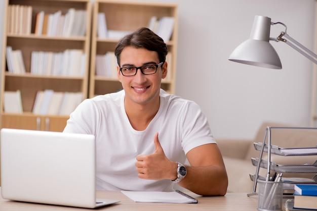 Junger mann, der im büro arbeitet