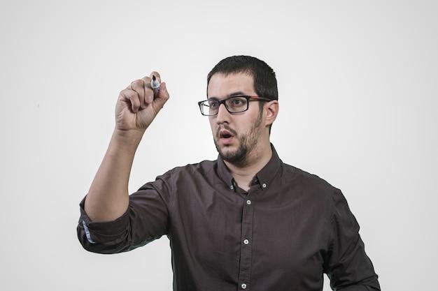 Junger mann, der in der hand mit markierung denkt