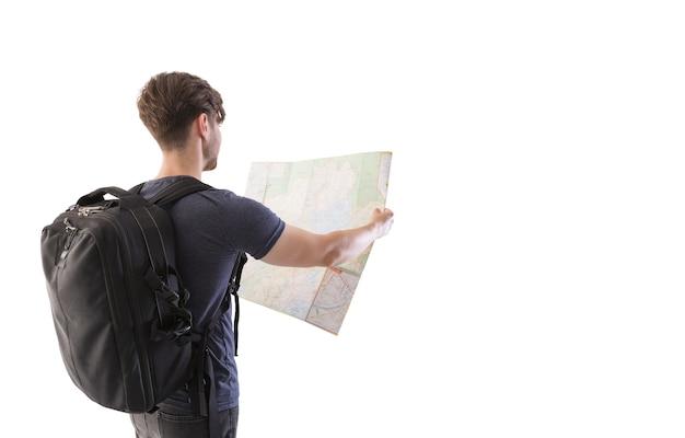 Junger mann, der in der offenen karte auf weißem hintergrund schaut