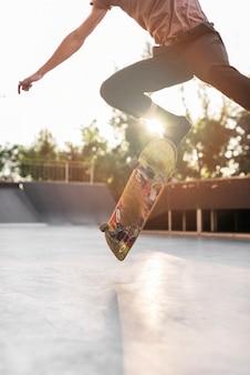 Junger mann, der in die straße skateboard fährt