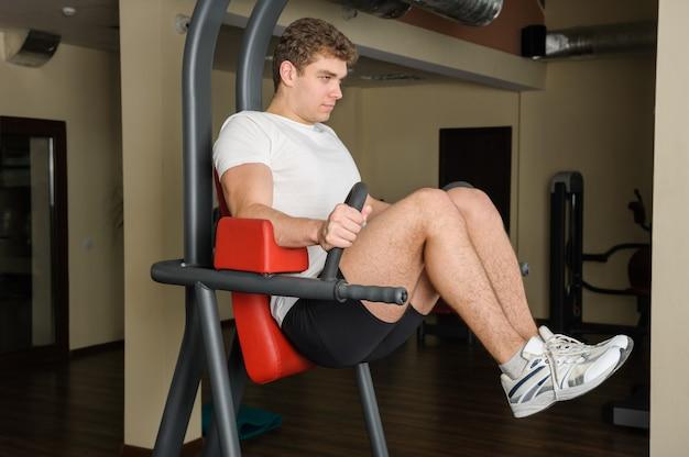 Junger mann, der lats pull-down-training tut