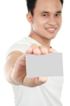 Junger mann, der leere karte zeigt