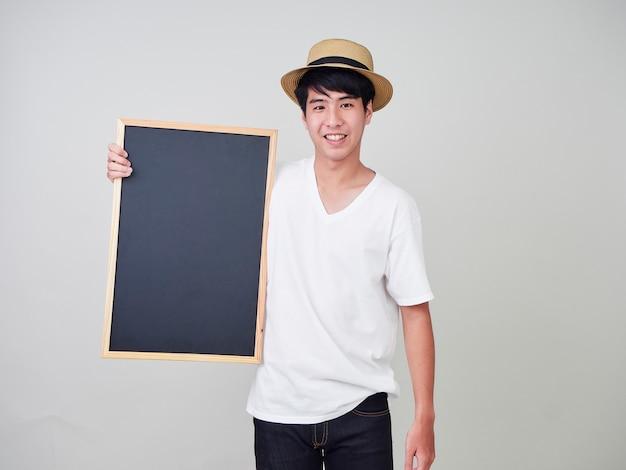 Junger mann, der leere tafel hält
